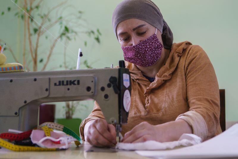 Khedi Alieva, prezeska Fundacji Kobiety Wędrowne szyje maseczki