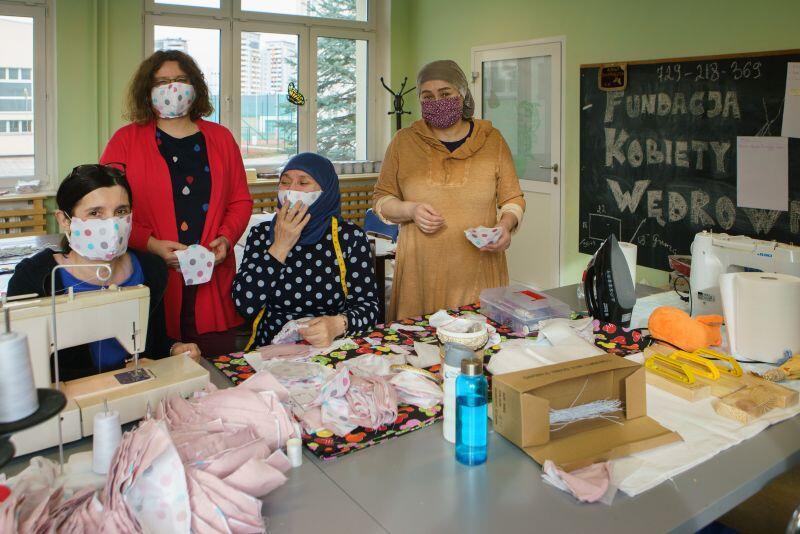 Maseczki trafiały m.in do szpitali. Nz. Barbara Kijewska, Lidka Makowska, Aminat Zhabrailova, Khedi Alieva