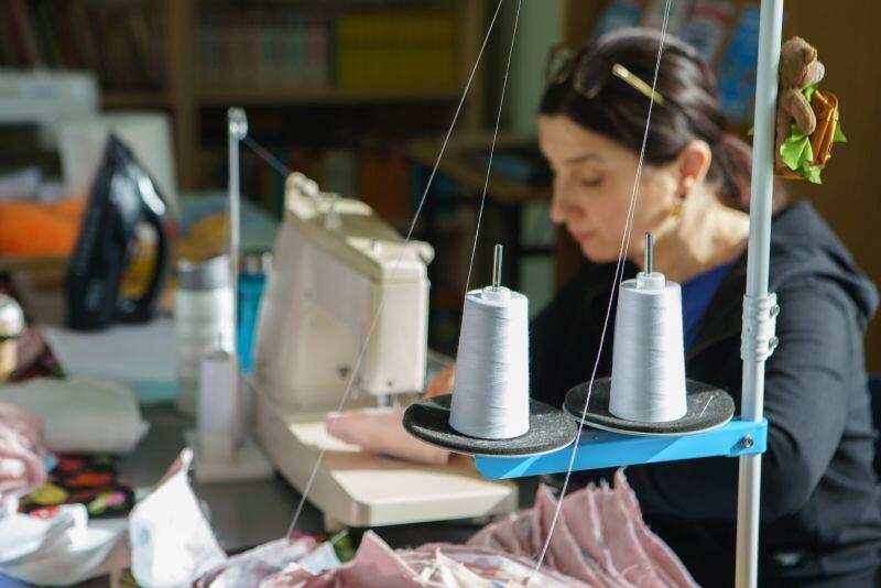 Fundacja Kobiety Wędrowne podjęła w marcu inicjatywę nieodpłatnego szycia maseczek ochronnych. Nz. Barbara Kijewska