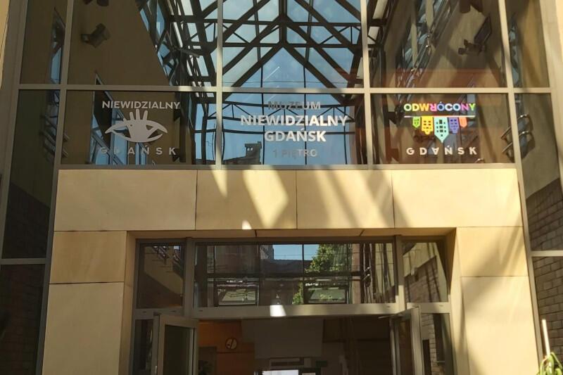 Muzeum mieści się w biurowcu Centromor w Śródmieściu, tuż przy Gdańskim Teatrze Szekspirowskim. Za jednym razem można więc zwiedzić obie te atrakcje
