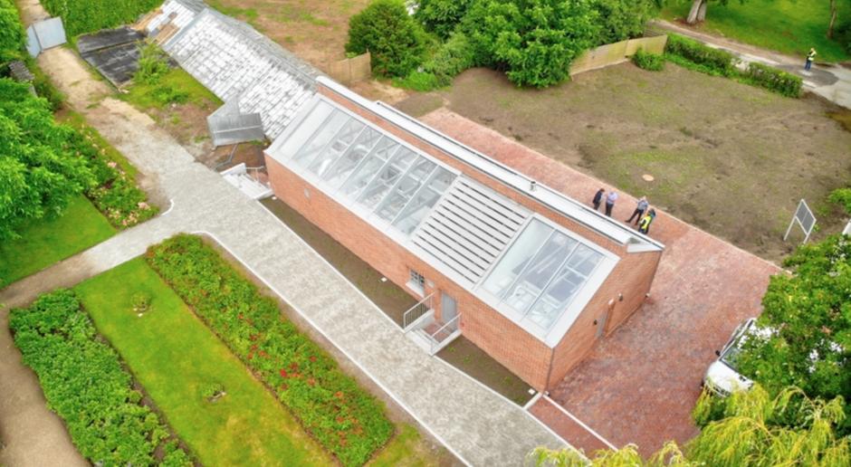 Tak, po przebudowie, wygląda budynek socjalno-techniczny w kompleksie oliwskiej palmiarni