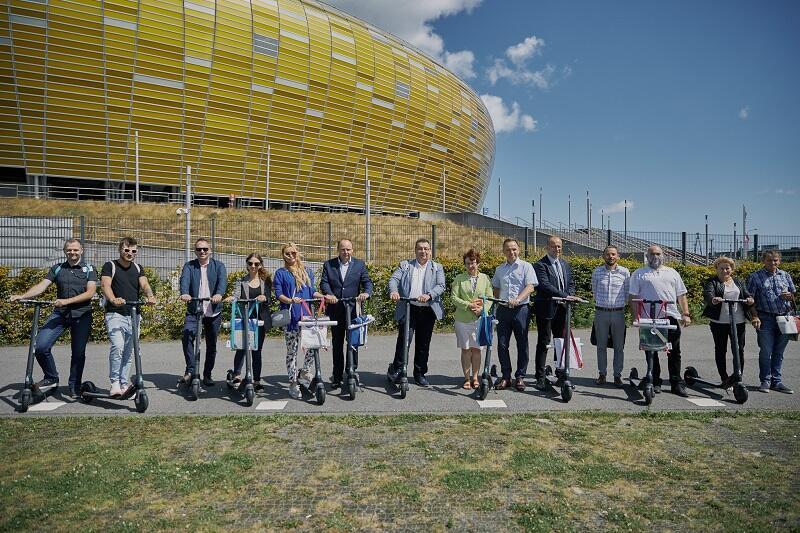 Przekazanie e-hulajnóg w ramach kampanii Mobilny Urząd – Aktywny Urzędnik odbyło się 22 lipca, pod Stadionem Energa Gdańsk