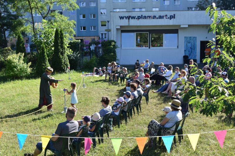 Plama co niedzielę zaprasza na spektakle dla dzieci prezentowane w ramach cyklu Teatr w Blokowisku. To znakomita okazja, by bezpiecznie cieszyć się latem i teatrem