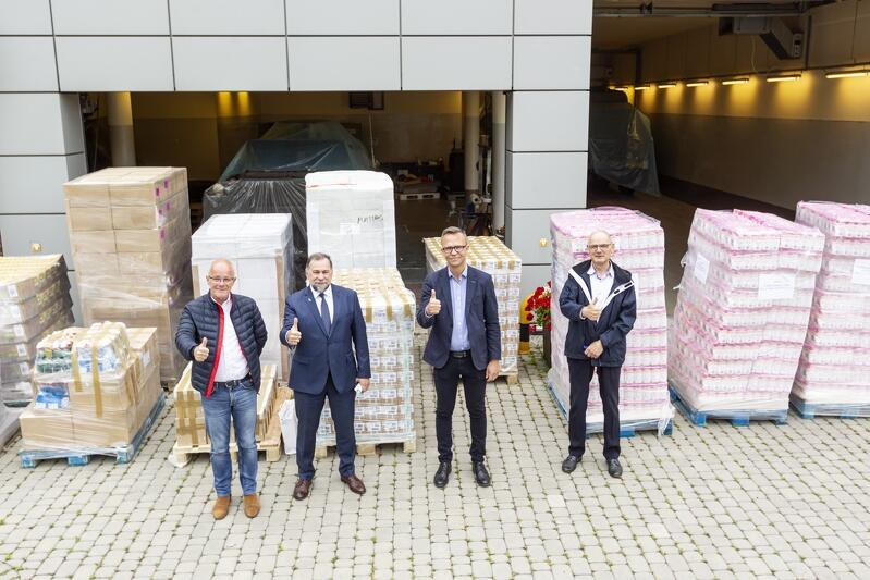 Palety i paczki z pomocą dla powodzian na Ukrainie już czekają na transport. Od lewej stoją: Grzegorz Pellowski, konsul Łew Zacharczyszyn, Tomasz Limon z Pracodawców Pomorza i Zbigniew Jarecki, prezes Kaszubskiego Związku Pracodawców