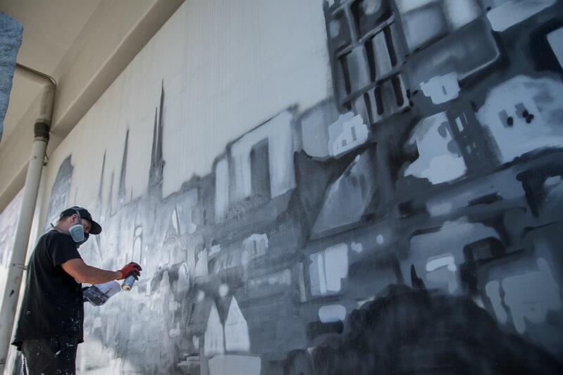 ... w sobotę artysta jeszcze pracował, wypełniajac mural barwami.