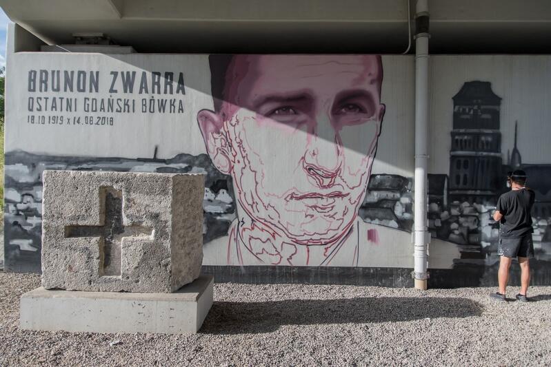 Kolorystyka muralu utrzymana jest w stonowanych barwach