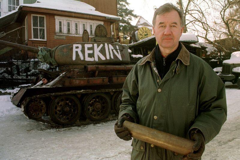 Gdańsk Oliwa - rok 2001. Jerzy Janczukowicz na tle czołgu T-34. Wyprodukowany w 1944 roku pojazd był sprawny technicznie.