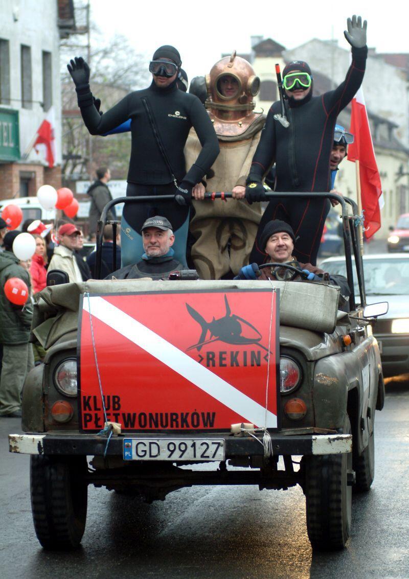 Klub Rekin  był stałym uczestnikiem Parady Niepodległości w Gdańsku. Nz. Parada z 2004 r.. Za kierownicą wojskowego pojazdu Jerzy Janczukowicz
