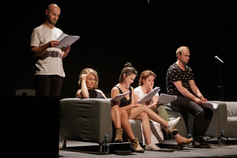 """""""Status quo"""" Maji Zade - sztuka niemieckiej dramaturg zaprezentowana podczas lipcowej odsłony PC Dramy - to momentami błyskotliwa, choć niezbyt subtelna komedia obnażająca nierówności między płciami"""