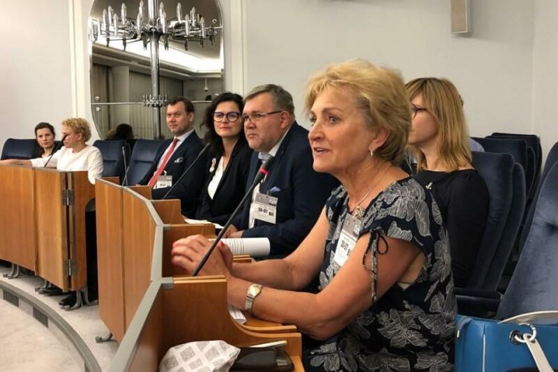 Na senackim forum przemawia Magdalena Kołodziejczak, wójt gminy wiejskiej Pruszcz Gdański
