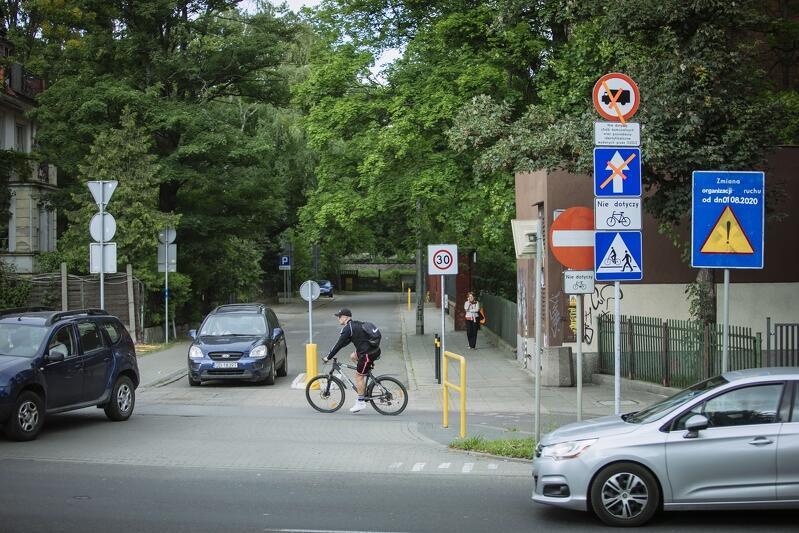 Niebezpieczny przejazd rowerowy na skrzyżowaniu ul. Piramowicza i al. Zwycięstwa. Zmiana kierunku ruchu samochodów powinna zwiększyć bezpieczeństwo, ponieważ kierowcom aut będzie łatwiej w porę dojrzeć rowerzystów
