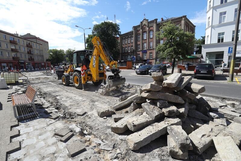 Na ul. Dmowskiego trwają intensywne prace związane z budową drogi dla rowerów. W ciągu kilku dni ulica zmieniła się nie do poznania