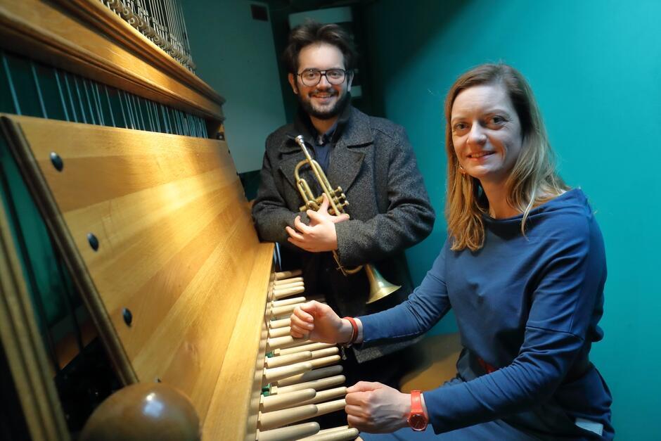 Monika Kaźmierczak (carillon) i Emil Miszk (trąbka) - tutaj podczas wspólnego koncertu z okazji Dnia Unii Europejskiej - 9 maja 2020 r.