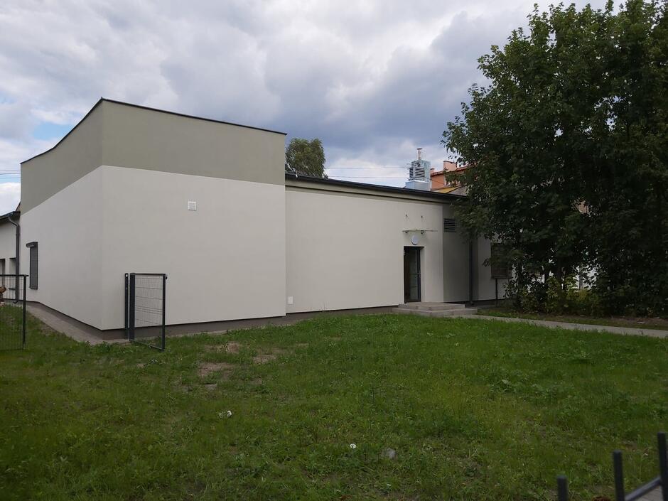 Przy budynku jest także skrawek zagospodarowanej zieleni, gdzie będzie można organizować zajęcia plenerowe