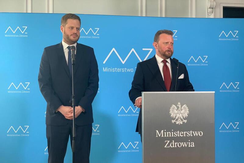 Minister Zdrowia Łukasz Szumowski podczas konferencji w czwartek, 6 sierpnia: Apeluję do wszystkich Polaków o przestrzeganie reżimu sanitarnego, zachowanie dystansu społecznego i zasłanianie ust i nosa, aby uniknąć zwiększenia obostrzeń