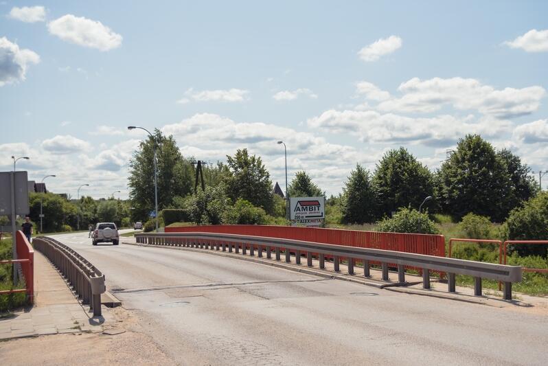 Ul. Nowatorów. Obok wiaduktu nad torami kolejowymi pojawi się kładka pieszo-rowerowa