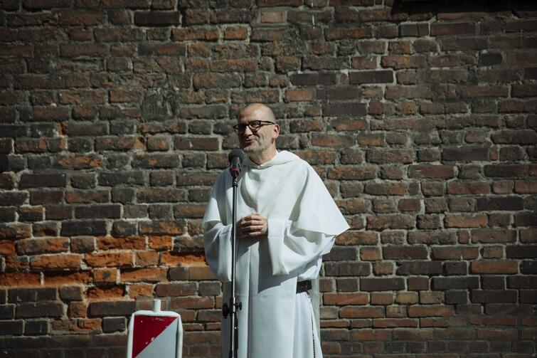Zgromadzonych przed świątynią powitał ojciec Paweł Kozacki, Prowincjał Polskiej Prowincji