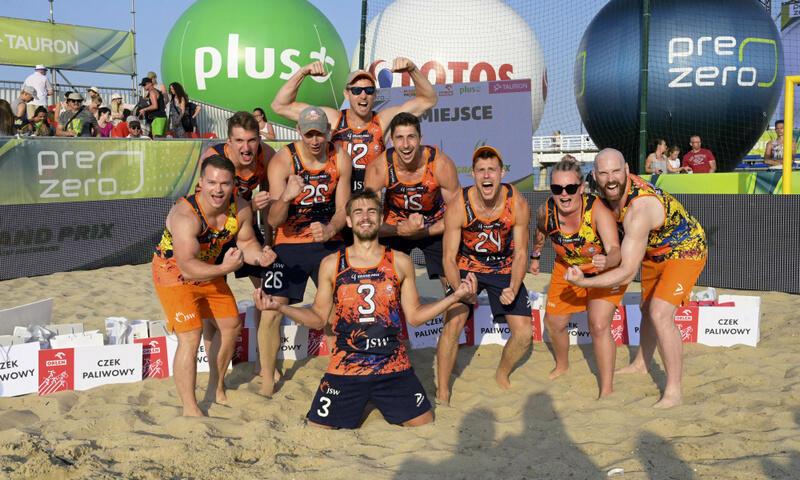 Zwycięski zespół Jastrzębskiego Węgla na plaży w Brzeźnie
