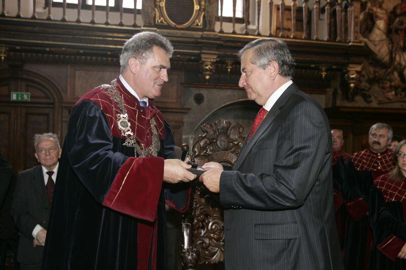 Dwór Artusa 2008 r. Ceremonia wręczenia medalu Księcia Mściwoja II za za wieloletnią wybitną działalność na rzecz Miasta Gdańska. Wyróżnienie wręcza Bogdan Oleszek, przewodniczący Rady Miasta Gdańska