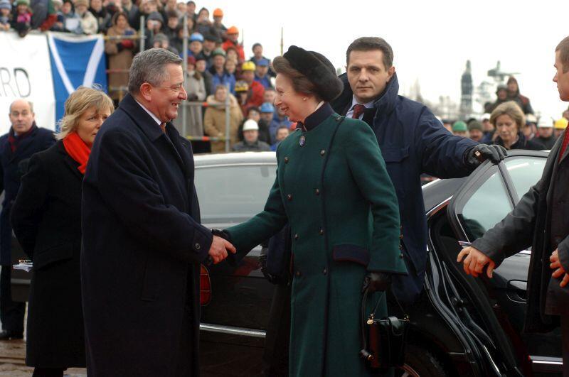 Ceremonia wodowania statku Pharos  wyprodukowanego dla brytyjskiego armatora przez Grupę Gdańskiej Stoczni Remontowej. Piotr Soyka wita matkę chrzestną statku brytyjską księżniczkę Annę. 03.02.2006