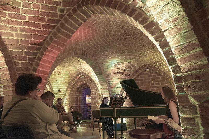 """Festiwal """"EUROPA +/- 1700"""" co roku zachwyca nie tylko pięknymi dźwiękami, ale i wyborem wnętrz, w których odbywają się koncerty. Tegoroczną edycję wydarzenia zainauguruje występ w Piwnicy Romańskiej"""