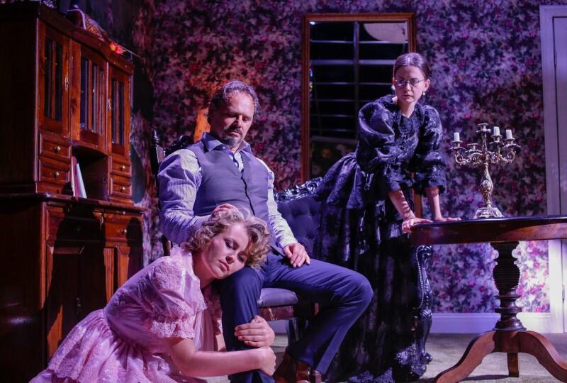 Niemoralna Helena i naiwny Jan tworzą na pozór idealną rodzinę - czy w Żabusi  zobaczymy też siebie?