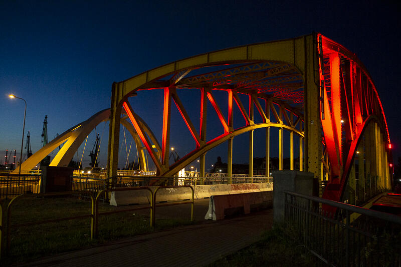 2020-08-12_podswietlenia_pomnik_wiadukt_02.JPG