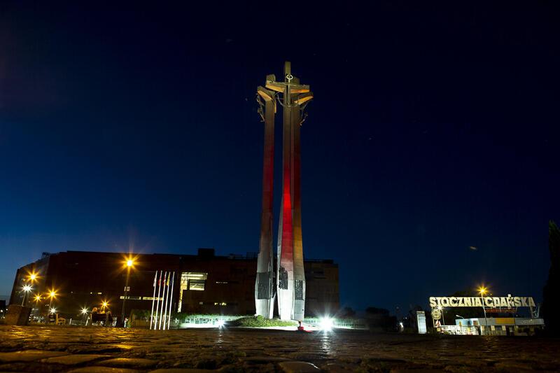 W geście solidarności z Białorusią, od 11 sierpnia 2020 r., wybrane obiekty w Gdańsku są podświetlane w kolorach biało-czerwono-białej flagi