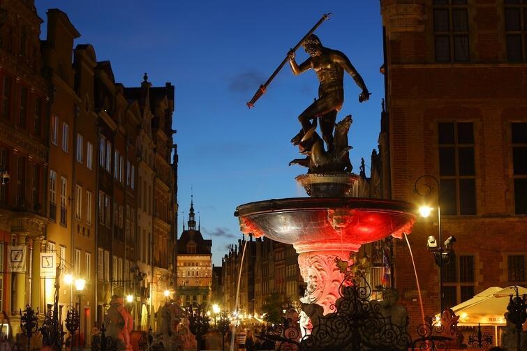 Już wczoraj, 11 sierpnia, podświetlona została fontanna Neptuna i wiadukt przy Galerii Bałtyckiej