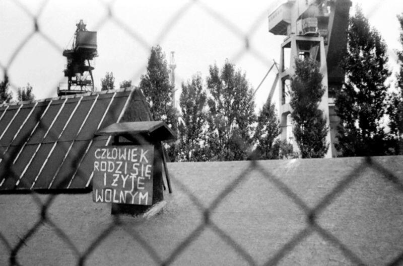 Strajk w Stoczni Gdańskiej im. Lenina - sierpień 1980 r. Jeden z napisów w sąsiedztwie III bramy