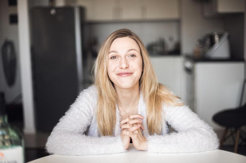 """Paulina Komenda ukończyła Akademię Teatralną w Warszawie. Grała m.in. w warszawskim Teatrze 6 piętro i w Teatrze Ochoty, można ją było również oglądać w popularnym serialu telewizyjnym """"Barwy szczęścia"""""""
