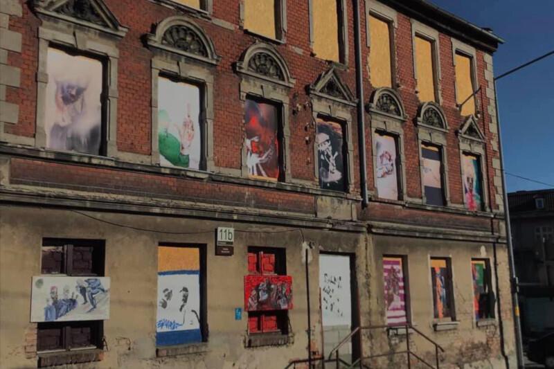 Dzieła obecnie pokrywają okna na parterze i pierwszym piętrze. W kolejnej odsłonie projektu nowy wygląd zyska także drugie piętro. Nz. budynek 11B