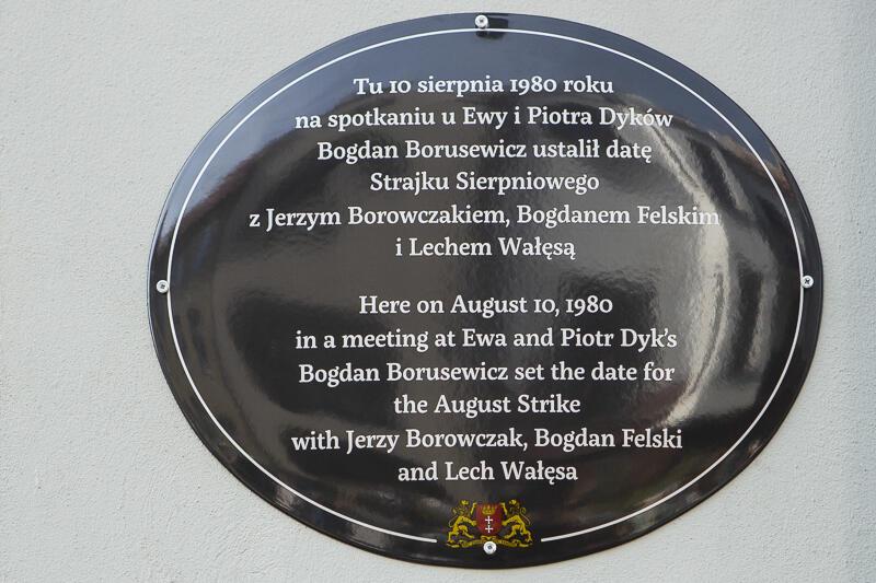 Pamiątkowa tablica na budynku przy ul. Sienkiewicza 10