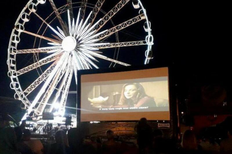 Kino pod chmurką z niezwykłym tłem znajdziemy podczas Jarmarku na Ołowiance. Seanse są bezpłatne. Niestety, wraz z zakończeniem jarmarku dobiegają końca i filmowe pokazy