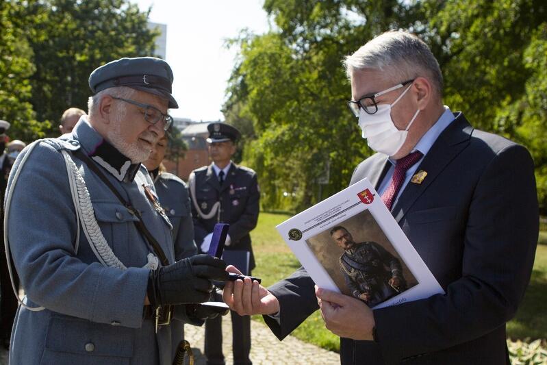 Zastępca prezydenta Gdańska Piotr Kowalczuk odbiera przyznany Miastu Gdańsk Medal 100-lecia Bitwy Warszawskiej