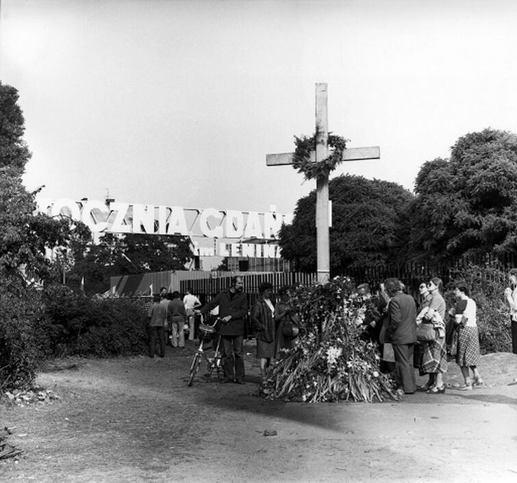 W niedzielę, 17 sierpnia 1980 roku, na placu przed bramą stoczni stanął drewniany krzyż