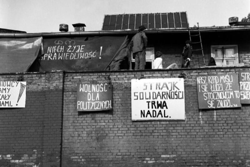 Strajk w Stoczni Gdańskiej zmienił swój charakter - nie chodziło już o interesy pracownicze jednego zakładu, ale o załatwienie spraw dotyczących całego kraju. Od tego czasu oczy całej Polski zwróciły się na Gdańsk. Władze PRL do gaszenia politycznego pożaru wyznaczyły wicepremiera Tadeusza Pykę