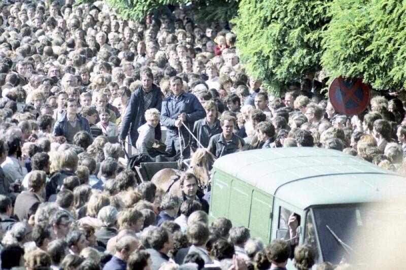 Pod Stocznią Gdańską gromadził się coraz większy tłum mieszkańców, którzy starali się okazać poparcie. Strajkujący byli głodni, więc przynoszono jedzenie, z każdym dniem coraz więcej. Poruszające były sytuacje, gdy rolnicy z własnej inicjatywy przywozili robotnikom żywność na zaprzężonych w konie furmankach