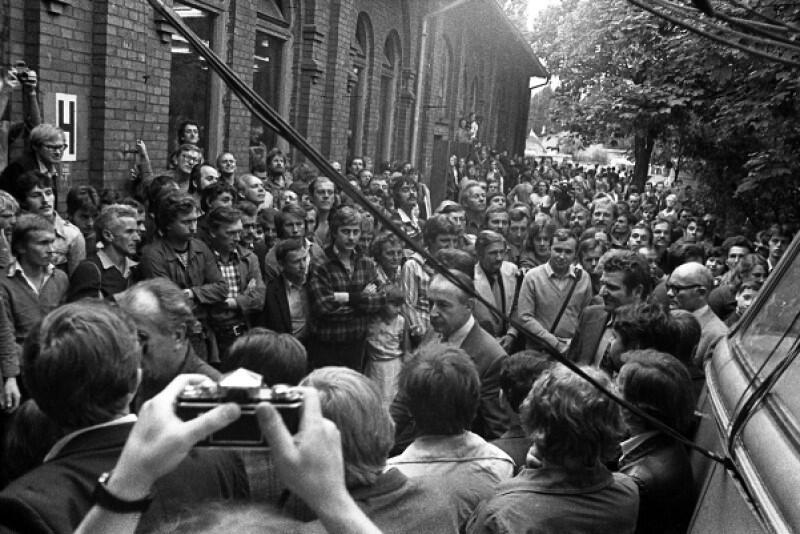 Mieczysław Jagielski w Stoczni Gdańskiej, przed Salą BHP. To zdjęcie pochodzi z późniejszych dni, ale dobrze oddaje atmosferę tego spotkania. Wicepremier i garstka jego ludzi pośród nieprzyjaźnie nastawionych uczestników strajku. Gdy Jagielski po raz pierwszy pojawił się w stoczni 23 sierpnia wieczorem, robotnicy uderzali pięściami w karoserię rządowego busa, który w wolno jechał przez tłum. Wicepremier wysiadł blady
