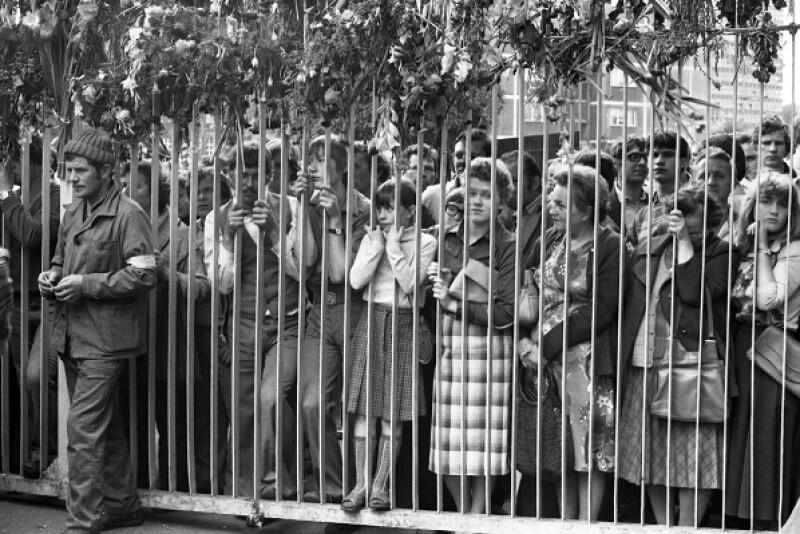 Pod stocznię przychodził wielotysięczny tłum mieszkańców Gdańska, w tym rodzin uczestników strajku. Wymagało to obywatelskiej odwagi - nikt nie miał pewności, że władze nie postawią na rozwiązanie siłowe