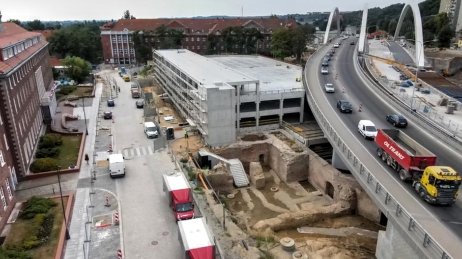 W sąsiedztwie nowego parkingu zachowano i wyeksponowano fragmenty XVII-wiecznego Bastionu Wiebego