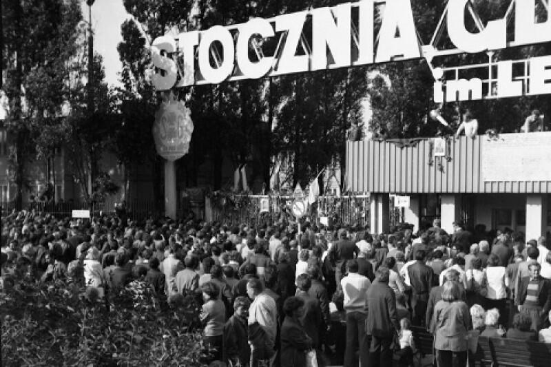 To nie była wyłącznie rozgrywka między polskimi komunistami a buntującym się polskim społeczeństwem. Na sytuację w Polsce z niepokojem patrzyła elita władzy w ZSRR. Dla Moskwy rosnący tłum pod Stocznią Gdańską i rozszerzająca się fala strajków oznaczały jedno - postępy kontrrewolucji