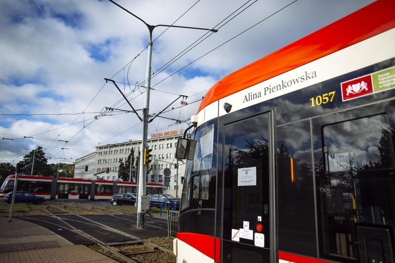 Patronki zyskały nowe tramwaje Pesa Jazz Duo. Nz. pojazd z imieniem i nazwiskiem Aliny Pienkowskiej. Napis jest duży i znajduje się w widocznym miejscu