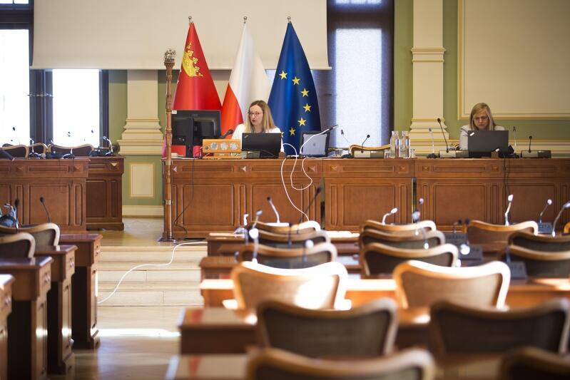 Przewodnicząca Rady Miasta Gdańska, Agnieszka Owczarczak, prowadziła obrady z gmachu Nowego Ratusza, który jest siedzibą Rady Miasta Gdańska. Towarzyszyła jej Wioletta Krewniak (po prawej), dyrektor Biura RMG