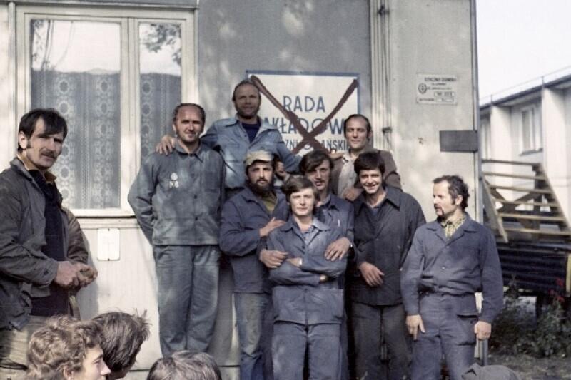 W kraju z każdym dniem nasilała się atmosfera buntu przeciwko peerelowskim władzom, w społeczeństwie rósł entuzjazm dla strajkujących. Na szczytach władzy w Warszawie zapanował niepokój, że pogróżki ze strony radzieckich towarzyszy mogą się spełnić. Obawiano się szczególnie strajku generalnego Polskich Kolei Państwowych, który mógłby być zapalnikiem reakcji Moskwy, bowiem Sowieci wozili pociągami zaopatrzenie dla swoich baz wojskowych w Polsce i NRD