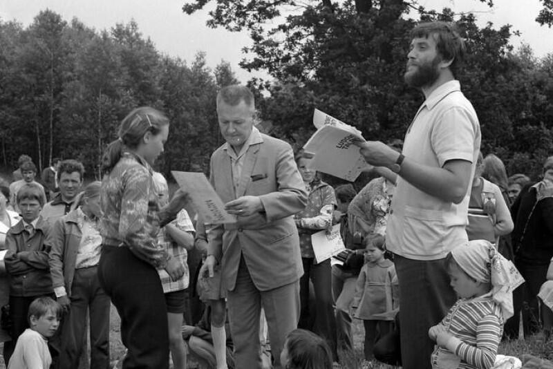 Lech Bądkowski (pośrodku) w czasie jednego ze spotkań na Kaszubach; po prawej - prof. Józef Borzyszkowski z malutką córką Miłosławą Borzyszkowską-Szewczyk, dzisiaj profesor Uniwersytetu Gdańskiego