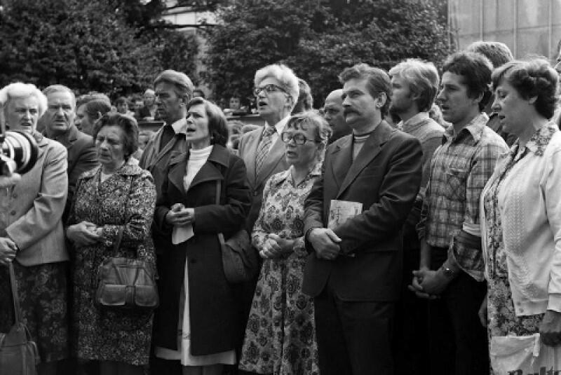 W Gdańsku wciąż czekano na powrót wicepremiera Jagielskiego do negocjacji. Nie było pewności, co zrobi rząd. Duchowym wsparciem dla strajkujących i sympatyków protestu były wspólne modlitwy i msze święte. Nz. Lech Wałęsa i Anna Walentynowicz