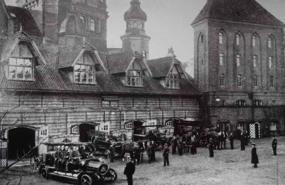 Gdańska siedziba straży mieścił się w Dworze Miejskim; pierwszy samochód strażacki pojawił się na początku XX w.