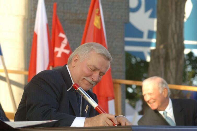 Takim samym długopisem-pamiątką ze zdjęciem Jana Pawła II w 2005 r. Lech Wałęsa podpisał akt erekcyjny Europejskiego Centrum Solidarności. Była to uroczystość w ramach obchodów 25-lecia zwycięstwa Sierpnia