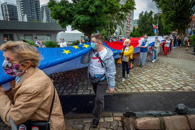 Flaga Polski, flagi Unii Europejskiej, wolnej Białorusi i tęczowej flagi LGBT stworzyły ogromną sektorówkę